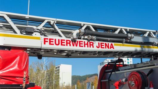 Ein Leiterwagen der Feuerwehr Jena fährt am 17.10.2017 durch Lobeda-Ost.