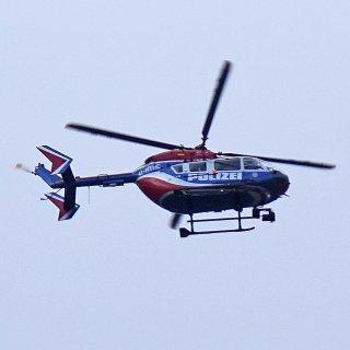 In Erfurt hat die Polizei mit einem Hubschrauber nach einem Kind gesucht, das um Hilfe schrie. (Symbolfo)