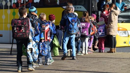 Etliche Fahrer rasen regelrecht an der Schule im thüringischen Berlingerode vorbei. Einem Busfahrer ging es jetzt an den Kragen. (Symbolbild)