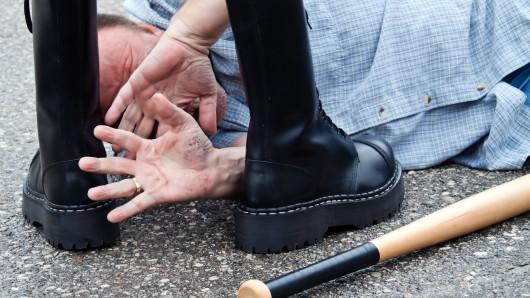 Da es in Deutschland vermehrt zu rechtsmotivierten Straftaten gekommen ist, sollen die Opfer besser geschützt werden. (Symbolbild)