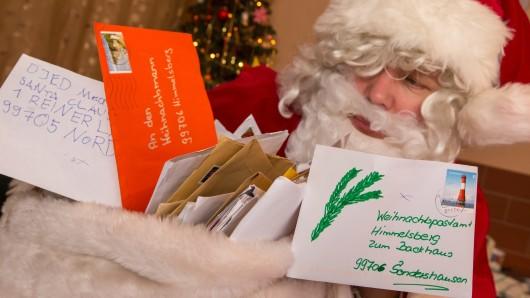 Der Weihnachtsmann sortiert im Weihnachtspostamt in Himmelsberg in Thüringen seine Eingangspost, die er hier mit Hilfe seiner Wichtelhelfer beantwortet.