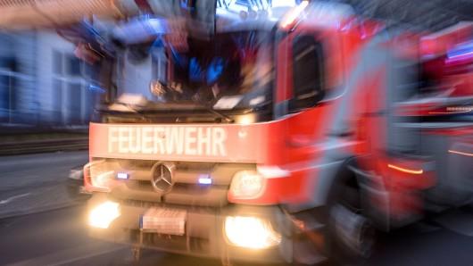 Ein Brand in Suhl hat zum Großeinsatz der Feuerwehr an einem Hochhaus geführt.