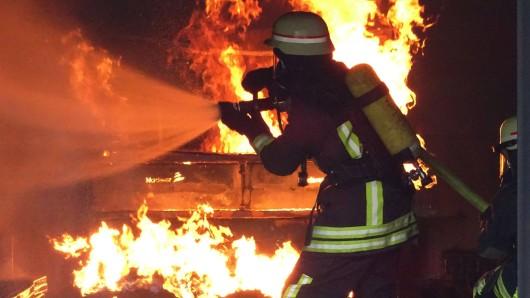 Mehrere Stunden kämpften die Feuerwehrmänner in Schöndorf gegen die Flammen. (Symbolbild)