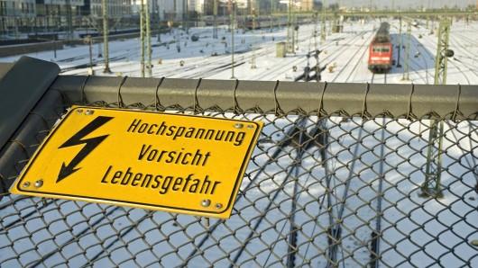 Unbekannte warfen ein Telefonkabel von einer Bahnbrücke in Ilmenau. Ein Zug erfasste das Kabel und trennte die Telekom-Kunden vom Netz. (Symbolbild)