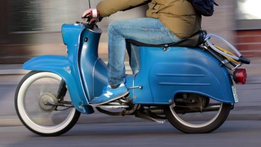 Ein 15-Jähriger wollte am Montag gleich mehrfach auf seinem Moped vor der Polizei flüchten. (Symbolfoto)