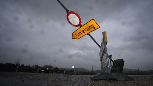 Baustellenabsperrungen wurden bei dem Unwetter in Gera auf die Straßen geweht. (Symbolbild)