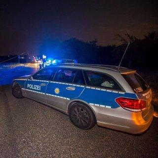 Auf einer Landstraße bei Jena sollen vier Maskierte einen Schlüsseldienst-Mitarbeiter ausgeraubt haben. (Symbolfoto)