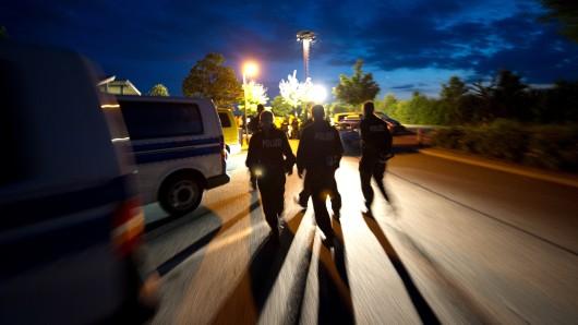 Die Polizei sucht nach einer Gruppe, die brutal eine Gaststätte in Saalfeld überfallen hat.