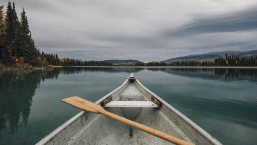 Ein betrunkener Mann hat bei Bad Salzungen einem Ehepaar das Kanu gestohlen und ist der Polizei davon gepaddelt. (Symbolfoto)