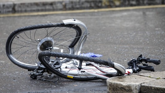 Der Junge spielte mit dem Fahrrad herum. (Symbolbild)