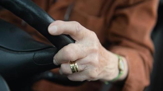 Ältere Autofahrer sind im Straßenverkehr oft überfordert, sagen Unfallforscher. Verbindliche Testfahrten könnten da weiterhelfen.