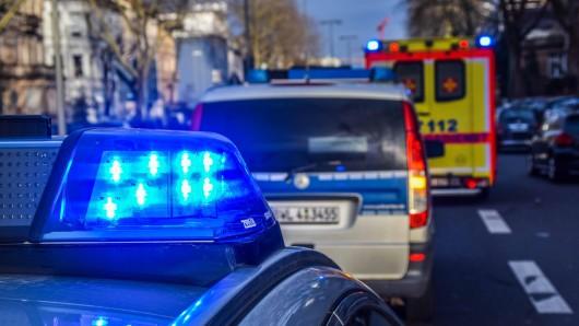 Polizei und Rettungsdienst mussten sich um einen verletzten Mann kümmern, der in Meiningen für Schrecken gesorgt hat. (Symbolbild)