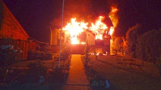 Ein Wohnhaus in Flammen.