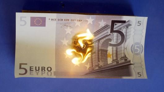 Fünf-Euro-Schein wird verbrannt