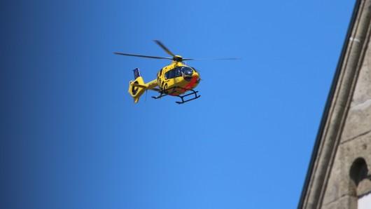 Ein 46 Jahre alter Dachdecker ist auf einer Baustelle in Sömmerda abgestürzt. Der Schwerverletzte kam per Helikopter ins Krankenhaus. (Symbolfoto)