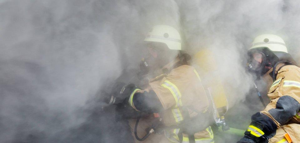 Beim Brand am Drosselberg in Erfurt zog dichter Rauch durchs Haus, drei Menschen kamen in eine Klinik. (Symbolfoto)