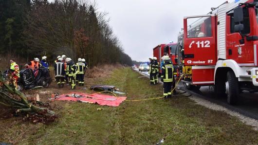 Ein 19 Jahre alter Fahrer wurde bei einem Unfall zwischen Nordhausen und der B4 in seinem Wagen eingeklemmt. (Symbolbild)