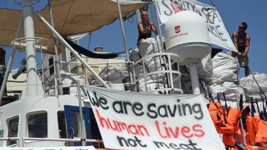 Das deutsche Seenotrettungsschiff  «Lifeline» liegt im Hafen von Malta, wo es seit Ende Juni festgehalten wird. An Bord hat die Besatzung Transparente angabracht, auf denen steht We are saving human lives not meeast (Wir retten Menschenleben, kein Fleisch) - die Antwort der Lifeline-Besatzung auf die umstrittenen Äußerungen des italienischen Innenministers Matteo Salvini. Der hatte zuvor die Migranten an Bord der Rettungsschiffe als Fleisch bezeichnet.