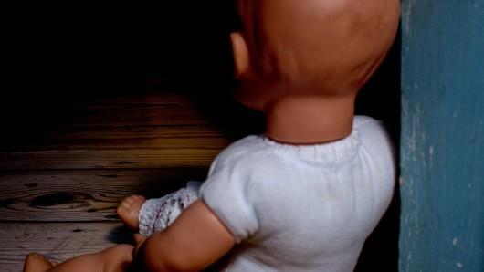Ein Elternpaar muss sich im Gericht in Meiningen schweren Vorwürfen der Kindesmisshandlung stellen . (Symbolbild)