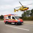 27.07.2018, Thüringen,: Rettungsfahrzeuge und ein Rettungshubschrauber sind auf der Autobahn 4 bei Schmölln im Einsatz.  Ein LKW, der Gasflaschen mit Butan, Acetylen, CO2 und Helium geladen hat, ist umgekippt. Der Fahrer wurde schwer verletzt ins Krankenhaus geflogen. Es besteht hohe Brand- und Explosionsgefahr, die Autobahn ist in beide Fahrtrichtungen voll gesperrt. Foto: Bodo Schackow/dpa-Zentralbild/dpa +++ dpa-Bildfunk +++
