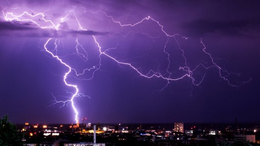 Blitze richten in Ostdeutschland viel Unheil an. So entzündeten Sie ein Haus in Nöda. (Symbolbild)