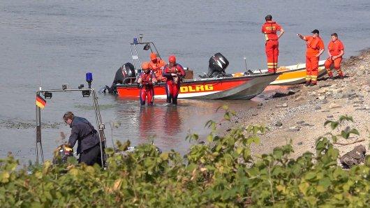 Rettungskräfte von DLRG und Polizei suchen im Rhein bei Rheindürkheim nach zwei Kindern, die zum Baden in einen Strudel geraten und untergegangen waren. In der Nacht wurde die Suche nach den beiden 9 und 13 Jahre alten Mädchen eingestellt.