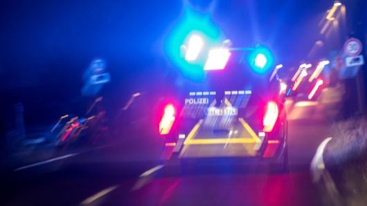 Mit legalen und illegalen Drogen im Blut hat ein 21-Jähriger in der Nacht zum Mittwoch einen Verkehrsunfall gebaut, bei dem ein 53-Jähriger als auch der junge Mann schwer verletzt worden sind. (Symbolfoto)