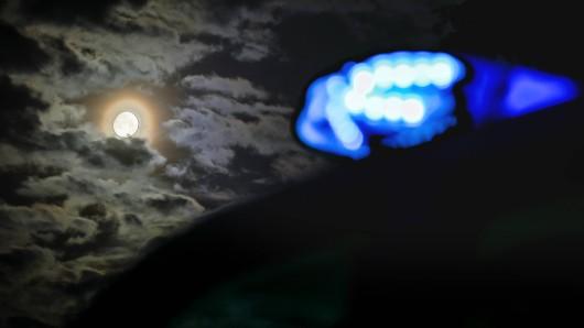 Kurz vor Mitternacht wurde die Polizei informiert, dass aus einer Wohnung Möbel in den Hinterhof eines Hauses geworfen würden. Vor Ort erfuhren die Beamten den irrwitzigen Grund.(Symbolbild)