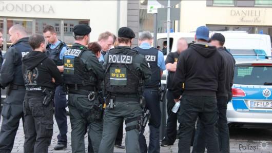Bereits am Freitag war die Polizei mit Großaufgebot in Apolda bei dem Rechtsrock-Konzert vor Ort. Am Samstag machte kurzzeitig die Meldung die Runde, dass die Veranstaltung in Kirchheim fortgesetzt werden sollte.