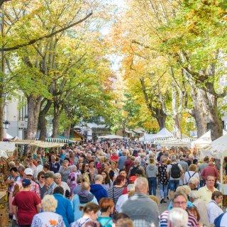 Besucher des 365. Weimarer Zwiebelmarktes gehen die Schillerstraße entlang.