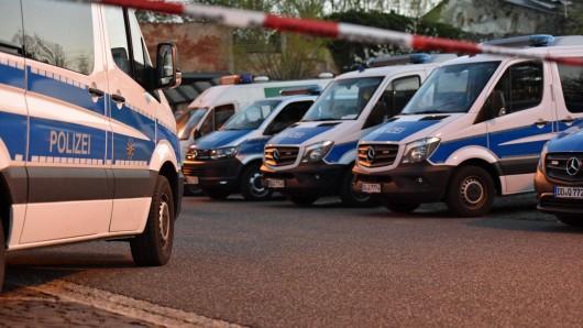 Mit einem Großaufgebot musste die Polizei zu einem Spielplatz in Nordhausen ausrücken. Dort sind zwei Familien unter Anwendung von Waffengewalt aneinander geraten. (Symbolbild)