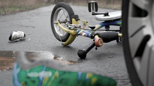 Ein Kind auf einem Fahrrad ist in Mühlhausen von einem Auto angefahren worden. die Frau hinterm Steuer fuhr weiter. (Symbolbild)