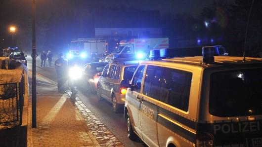 Gleich zwei Mal flüchten die Männer vor der Polizei. Kurz vorm Ende fallen Schüsse. (Symbolbild)