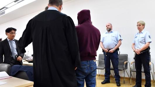 Der Angeklagte steht vor Verhandlungsbeginn als mutmaßlicher Mörder eines Studenten im Sitzungssaal des Landgerichts. Die Staatsanwaltschaft wirft ihm Mord aus Habgier vor.