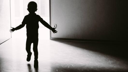 Ohne Kleider  und ohne Schuhe kletterte der Zweijährige aus dem Fenster und büxte aus. (Symbolbild)