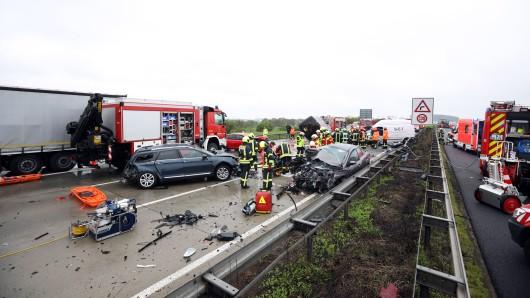 Eine Frau ist bei der Massenkarambolage auf der A4 zwischen Hermsdorf und Rüdersdorf ums Leben gekommen. 17 Menschen wurden bei dem Unfall verletzt.