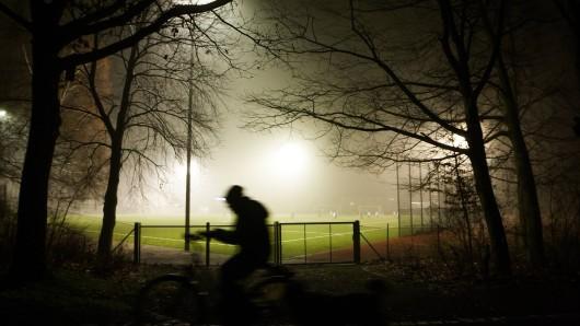 Eine Gruppe hörte auf einem Sportplatz in Thüringen verdächtiges Rascheln im Gebüsch. Nachdem ein 16-Jähriger nachschaute, ergriffen alle sofort die Flucht.