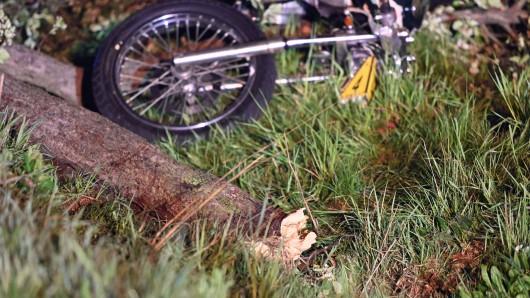 100 Meter weit wurde die Motorradfahrerin in Thüringen auf ein Feld geschleudert.
