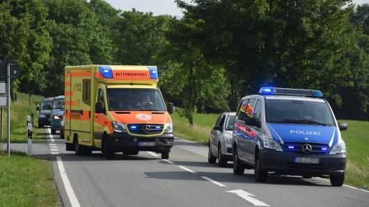 Ein Autofahrer hat in Thüringen durch sein waghalsigen Manöver einen Unfall verursacht und ist geflüchtet.