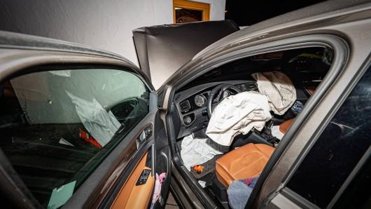 Eine Rentnerin ist in Thüringen gegen eine Hauswand gefahren.