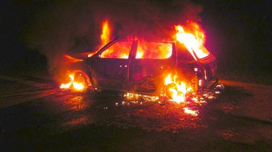 Ein Auto brennt völlig aus.