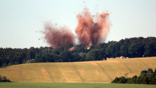 Die in einem Wald bei Nordhausen (Thüringen) entdeckte britische Fliegerbombe aus dem Zweiten Weltkrieg wird am 08.06.2016 von Experten gesprengt Es gab keine Schäden, wie die Stadt am Mittwochabend mitteilte. Zur Sicherheit hatten mehr als 1000 Einwohner der nahegelegenen Orte Leimbach und Steigerthal am Vormittag ihre Häuser verlassen müssen.