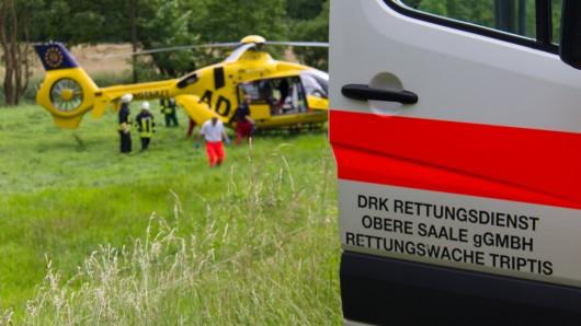 Nach einem Zusammenstoß mit einem Lkw ist eine 71-Jährige ins Krankenhaus geflogen worden. (Symbolbild)
