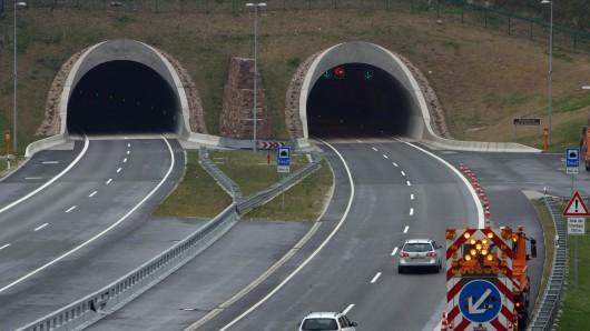 Blick auf den Heidkopftunnel nahe dem thüringischen Rustenfelde (Landkreis Eichsfeld) auf der A38 zwischen Göttingen und Halle (Saale).
