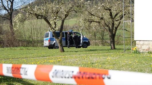 Die Polizei hat auf diesem Grundstück in Großbartloff (Eichsfeld) ein verstecktes Sprengstofflabor entdeckt. Zuvor war dort ein 20-Jähriger bei Sprengstoffexperimenten auf dem elterlichen Grundstück lebensgefährlich verletzt worden.
