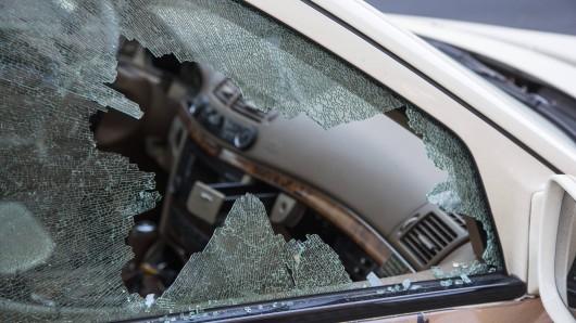 In Arnstadt hat ein Mann eine Autoscheibe mit bloßem Kopf eingeschlagen. (Symbolfoto)