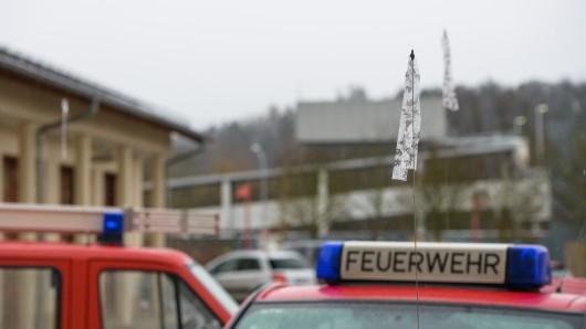 Trauerflor an der Antenne eines Fahrzeugs der Freiwilligen Feuerwehr Bad Salzungen: Ein Feuerwehrmann war bei einem Einsatz während des Orkans Friederike ums Leben gekommen.