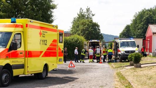 28.06.2018, Thüringen, Rauenstein: Rettungskräfte stehen vor dem Ferienzentrum Rauenstein. 40 Kinder und Betreuer haben über Übelkeit, Bauchschmerzen und Brechdurchfall geklagt. Der Auslöser der Erkrankungen sei noch ungeklärt. (zu dpa «40 Kinder und Betreuer mit Übelkeit und Brechdurchfall» vom 28.06.2018) Foto: News5 / Ittig/dpa-Zentralbild/dpa +++ dpa-Bildfunk +++