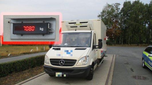 Einen hoffnungslos überladenen Transporter hat die Autobahnpolizei Thüringen am Mittwoch (15.08.2018) von der A9 bei Dittersdorf aus dem Verkehr gezogen. Bei zulässigen 3,5 Tonnen zeigte die Waage stolze 7080 Kilogramm.