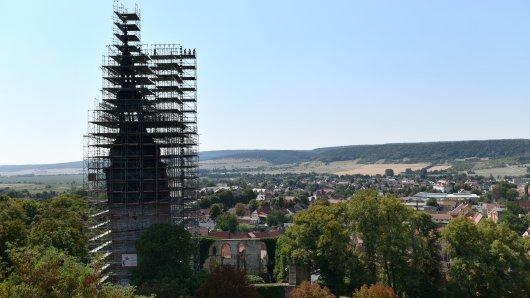 16.08.2018, Thüringen, Bad Frankenhausen: Die Oberkirche in Bad Frankenhausen mit dem inzwischen landesweit bekannten «Schiefen Turm».
